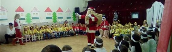 Deda Mraz podelio paketiće mališanima borovskog vrtića