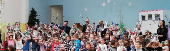 """Vukovarski SDSS podelio 200 novogodišnjih paketića mališanima DV """"Vukovar 2"""""""