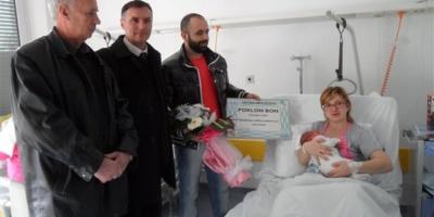 Opština Negoslavci darivala prvu bebu rođenoj u ovoj godini: uz redovnih 2000 kuna i  poklon-bon za godišnju zalihu pelena